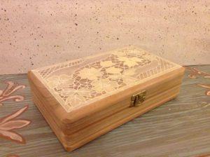 Декорирование деревянной шкатулки.Имитация вышивки Ришелье.Работа Светланы Мархонос.